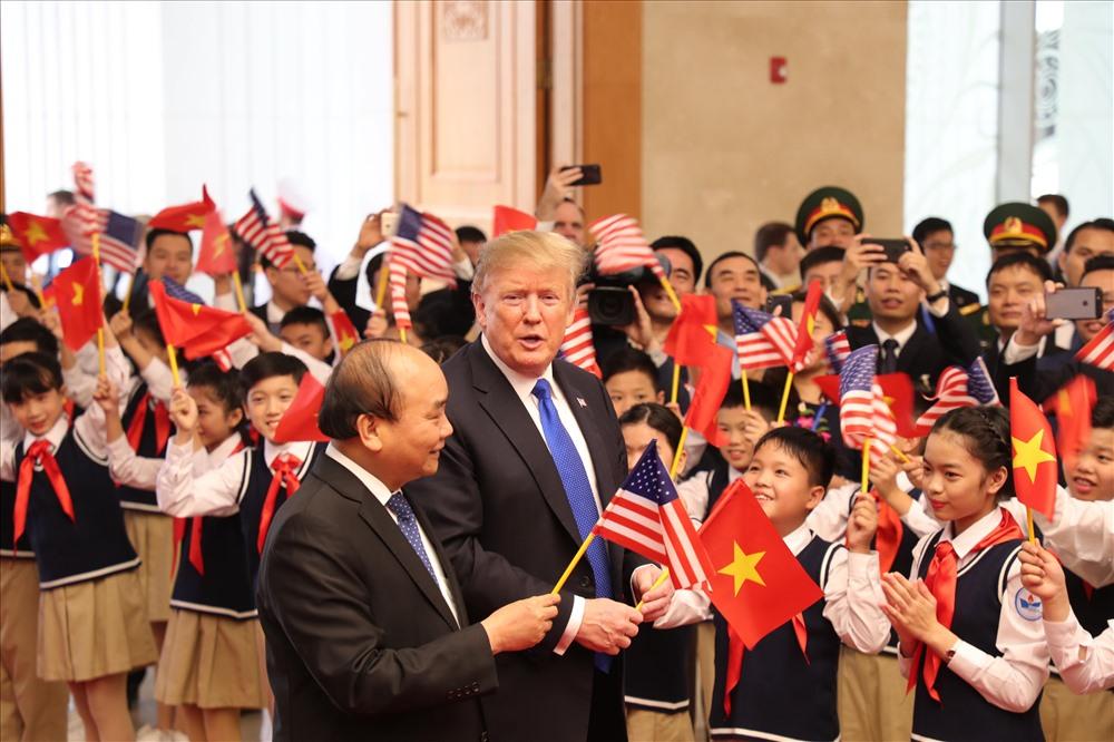 Tổng thống Donald Trump vẫy cờ cùng học sinh.